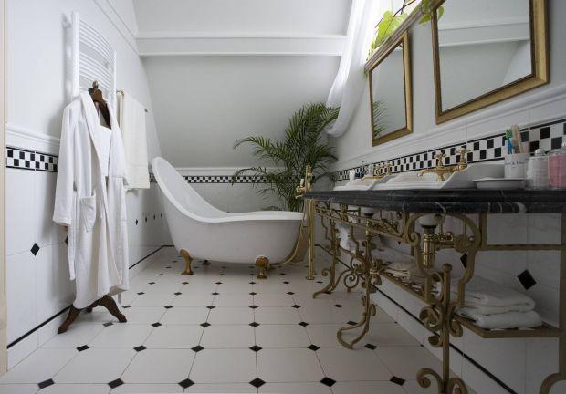 Интерьер комнаты с изящной ванной