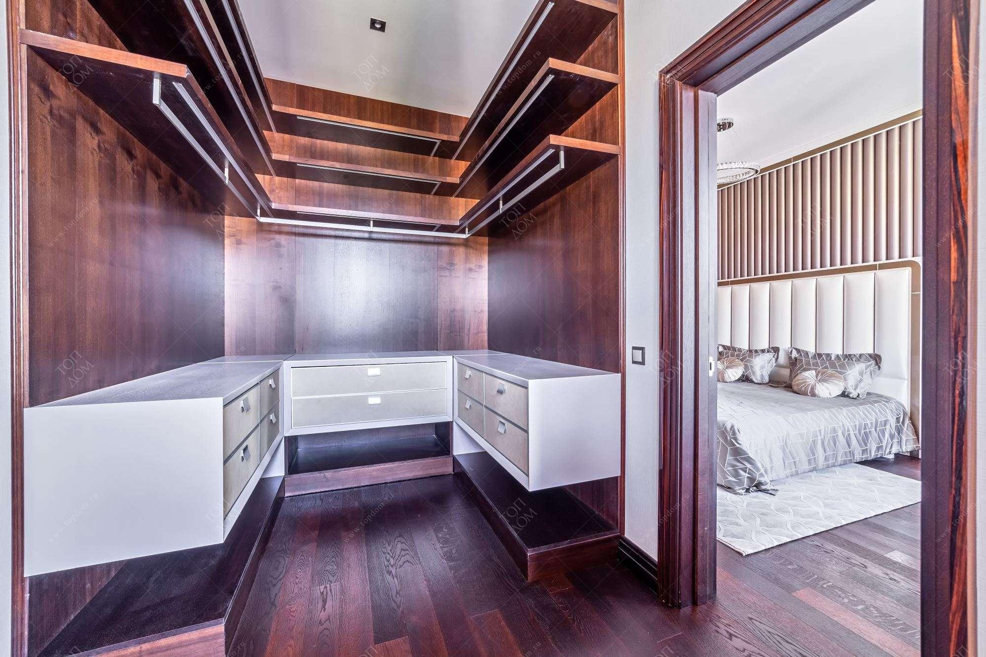 Дизайн гостиной 17 квм с камином