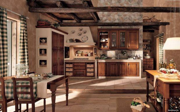 Большая изолированная кухня и столовая в частном доме