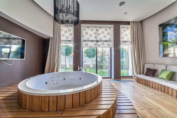 Интерьер ванной с отделкой деревом