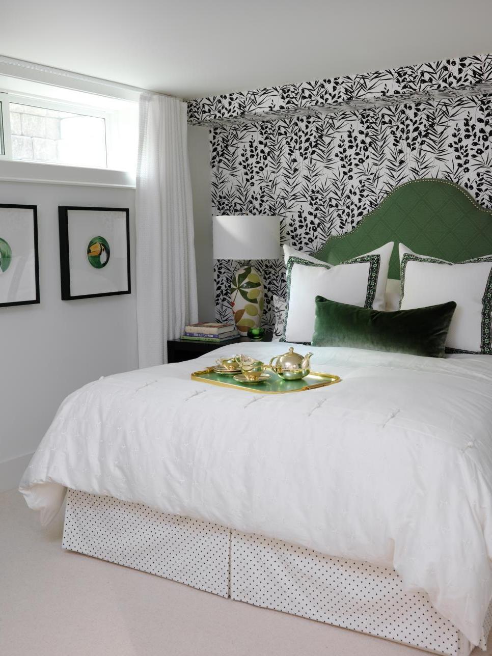 В спальне над изголовьем кровати лучшие фотообои