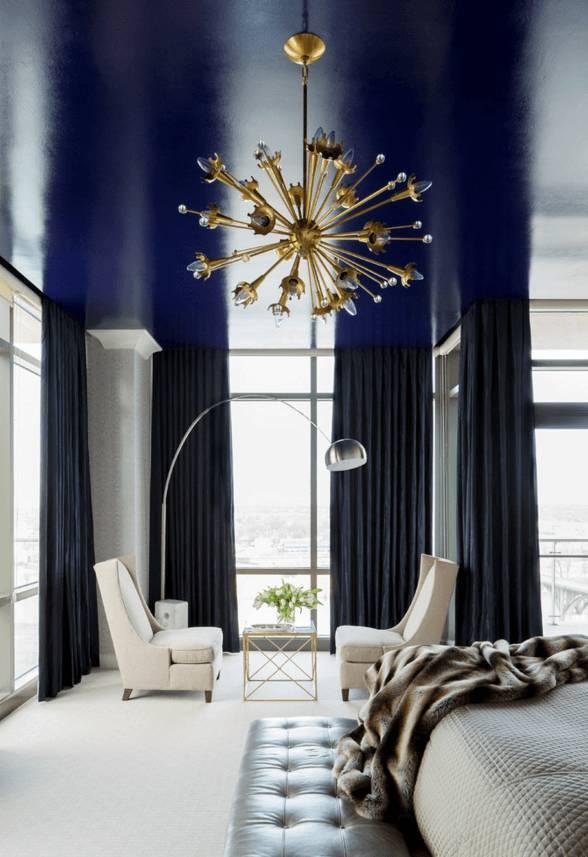 Синий потолок в спальне