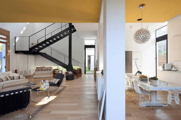 Желтый потолок в загородном доме