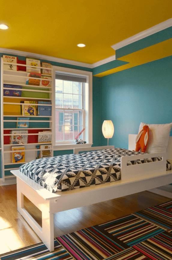 желтый потолок в интерьере детской для девочки