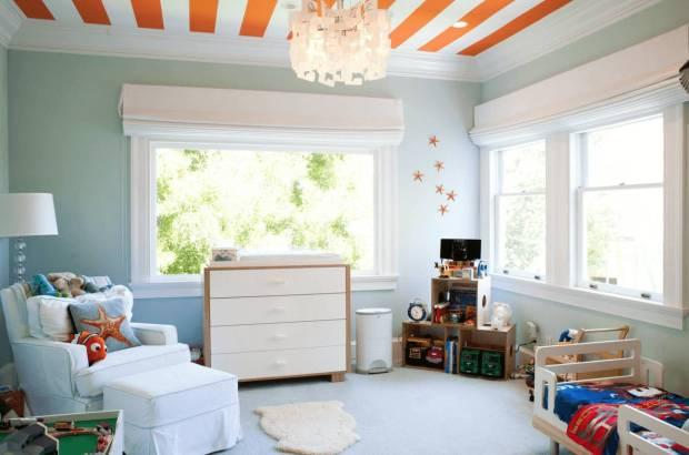 Бело-оранжевый рисунок на потолке