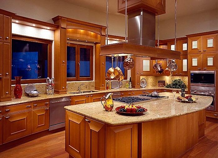 Интерьер кухни с высоким потолком