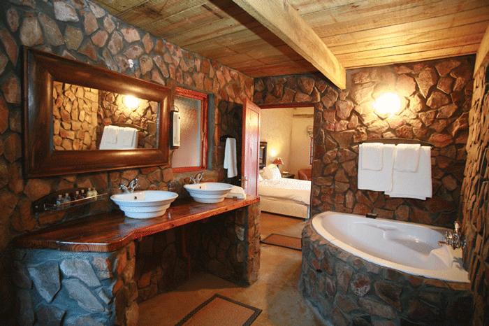 Облицовка камнем стен ванной, выполненной в стиле модерн