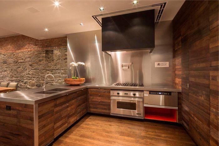 Металлическая стена на кухне