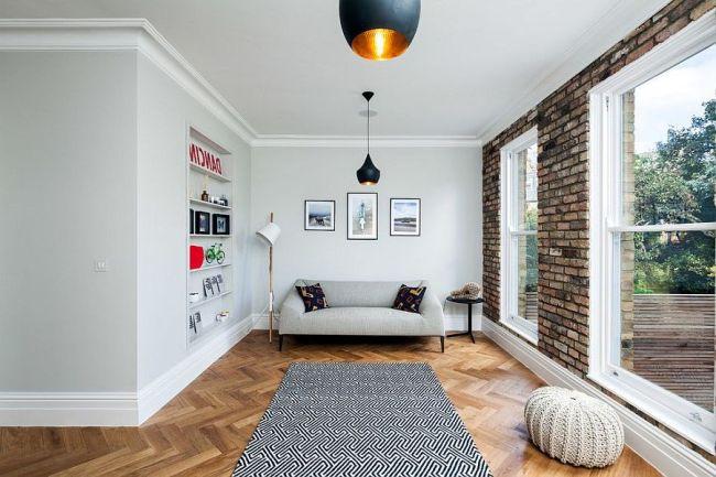 Маленькая гостиная с кирпичной стеной и панорамными окнами