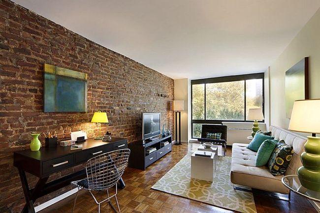 Вытянутая кирпичная стена как основной элемент декора гостиной