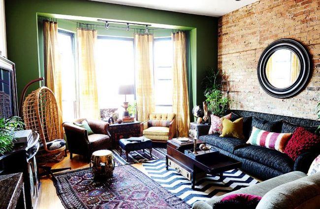 Винтажная гостиная с эркером и кирпичной стеной