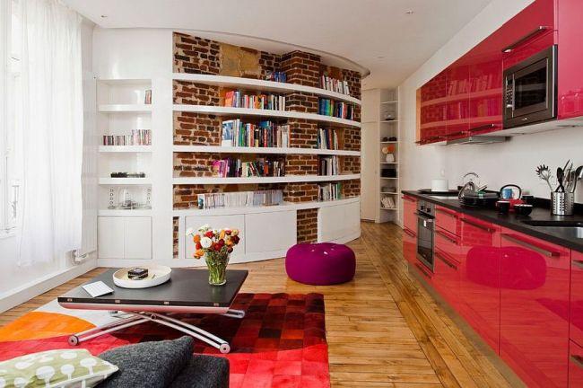 Яркая гостиная с книжными полками на изогнутой кирпичной стене