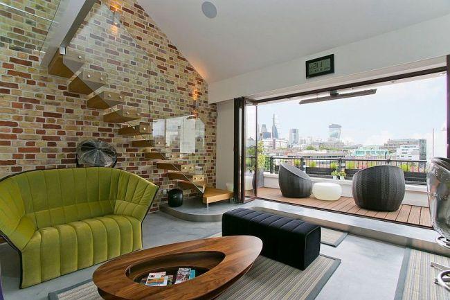 Ультрасовременная гостиная с прекрасным видом и пестрой кирпичной стеной