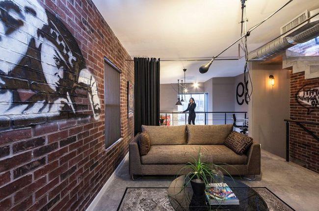 Современная гостиная с граффити на кирпичной стене