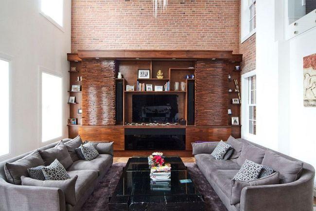 Симметричная расстановка мебели в гостинойс кирпичной стеной
