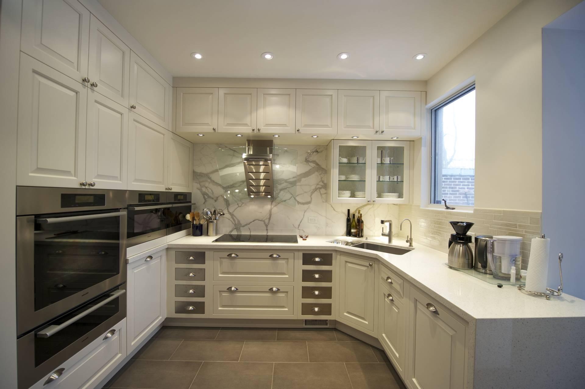 Дизайн кухни с вентиляционным коробом на заказ - фото Фото дизайна кухни с углом