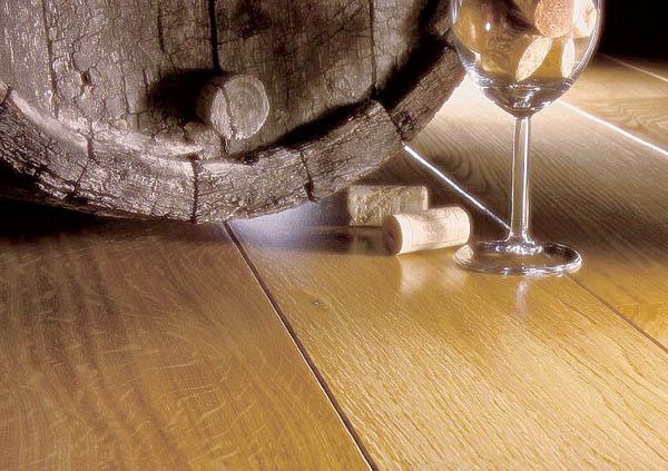 Темный пол в интерьере фото кухня гостиная где светлые стены обои и мебель